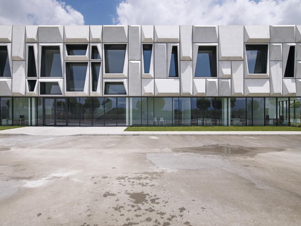 Concrete Building Facade : Office building and logistic center modostudio the