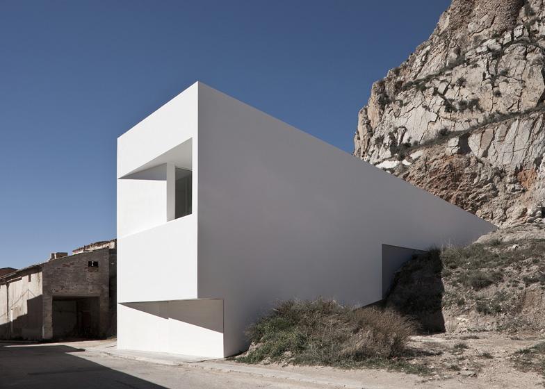 Casa en la ladera de un castillo fran silvestre - Casas de arquitectos ...